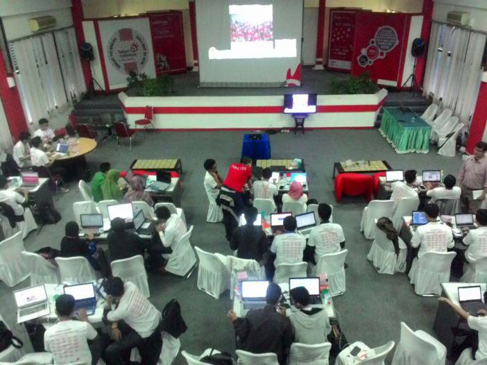 Hackathon Merdeka Palembang. Tim Pempek Kerupuk ngoding di meja khusus (kiri-atas)